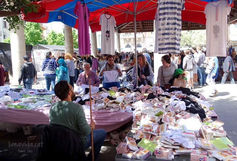 El mercat dels dijous s'ha fusionat amb les parades de llibres i roses