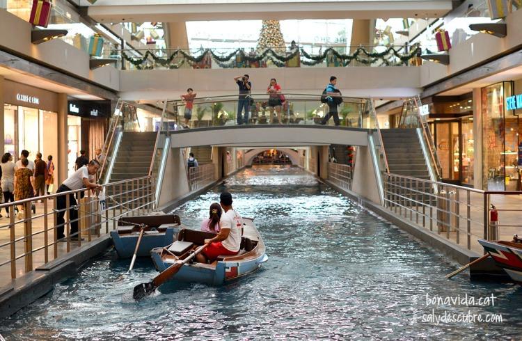 Canals venecians a l'interior del complex comercial