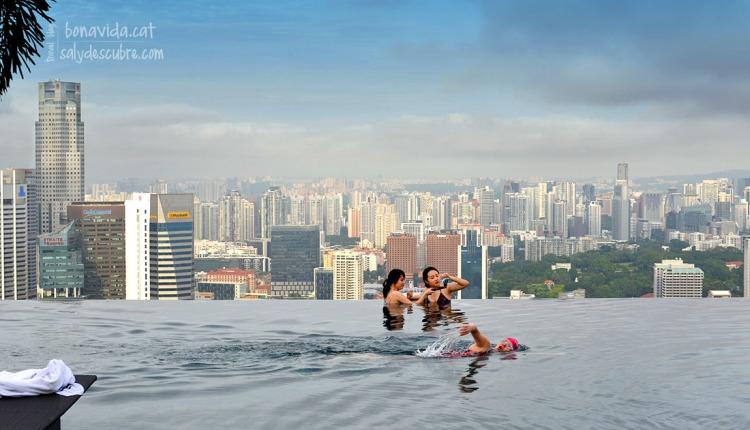 La majoria es banyen, però són pocs els que neden a la seva piscina