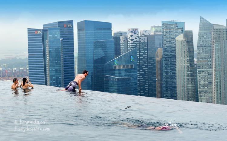 La piscina ofereix la sensació de caure al buit...