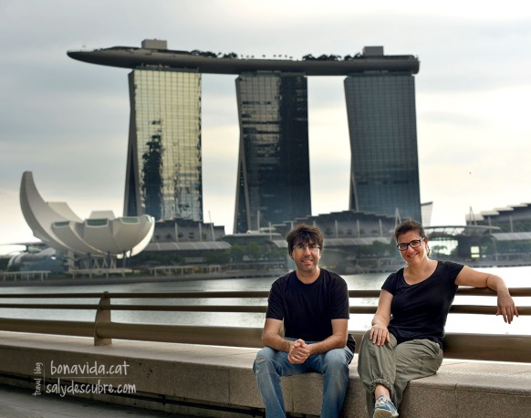 Descansant una estoneta davant l'hotel Marina Bay Sands. Singapur