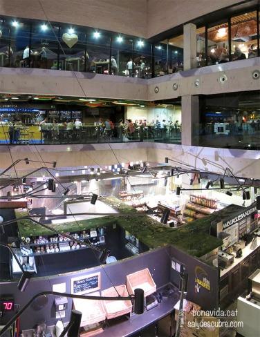 A la part de baix trobem les parades de venda i a dalt els llocs on menjar