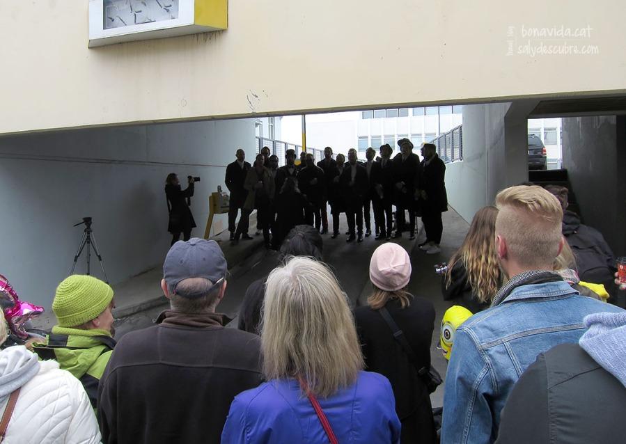 L'entrada d'un pàrquing pot servir d'improvitzat escenari per un grup d'amics