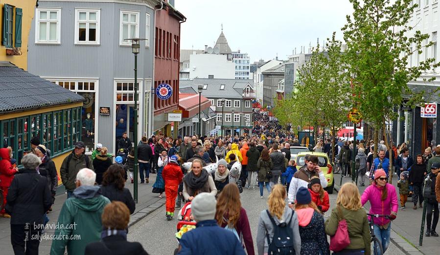 Els carrers plens de gent celebrant la Diada Nacional