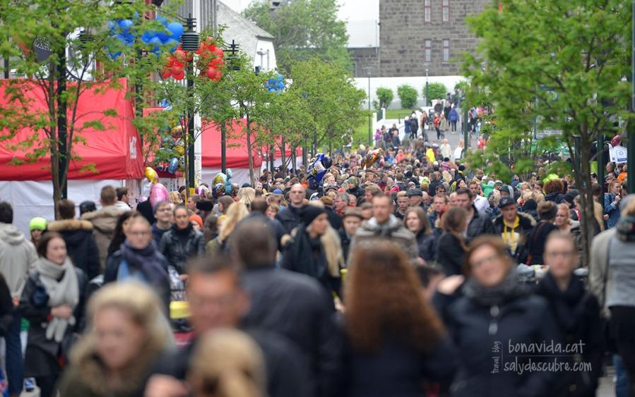 Riuada de gent al centre de la ciutat