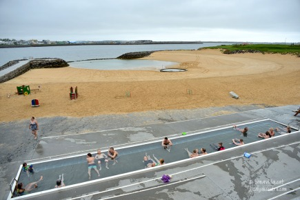 La platja buida, i tothom a la piscina termal