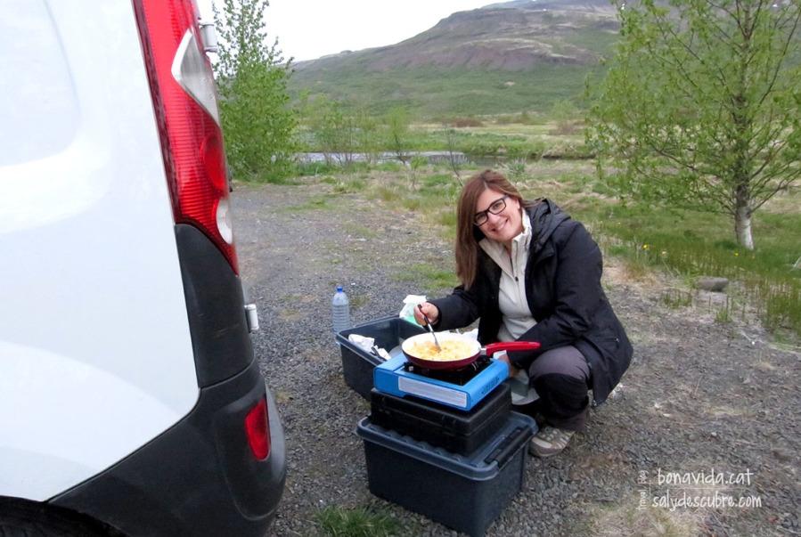 Preparant el sopar a la zona on hem triat per acampar
