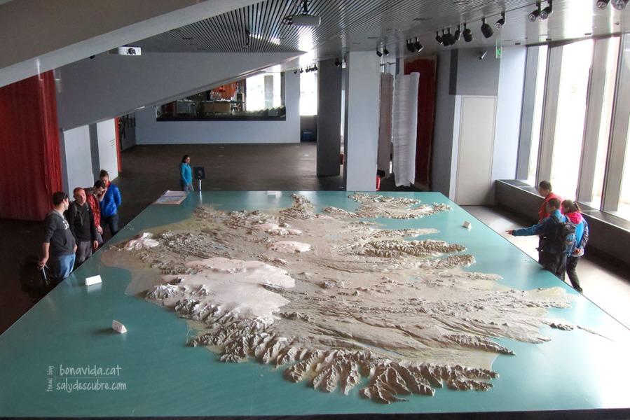 Molts turistes fem plans de ruta sobre el gran mapa que hi ha a l'ajuntament de Reykjavik