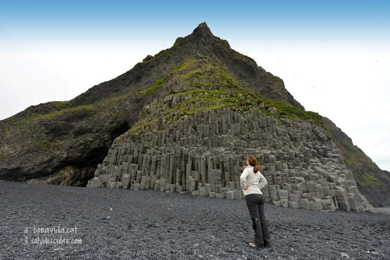 Vorejant les columnes de basalt trobarem la caverna de Hálsanefshellir