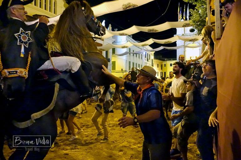 Entrem literalment a viure la festa, i acabem amb blaus al cos i una trepitjada de cavall al peu...