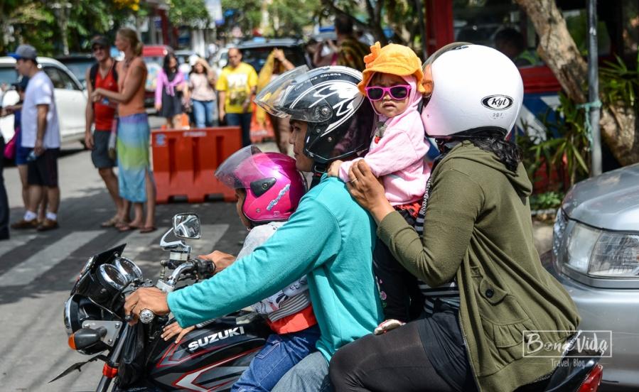 Molt típic veure famílies senceres sobre la moto