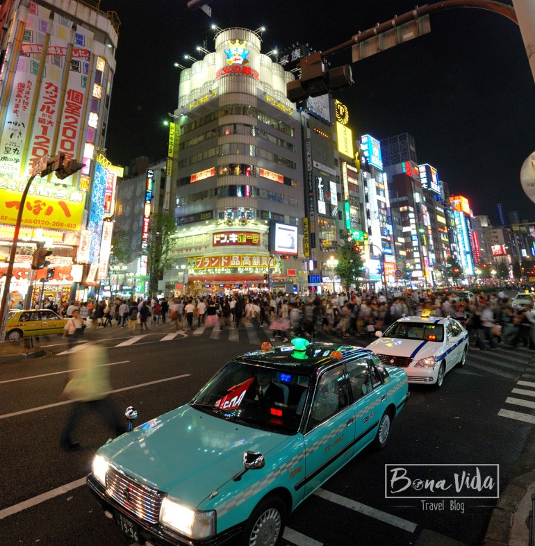 Nit a l'avinguda Yasukumi-dori, al barri de Shinjuku. Tokyo.